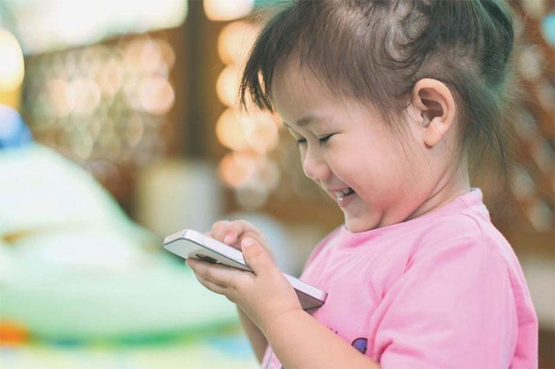 preschooler happy with phone